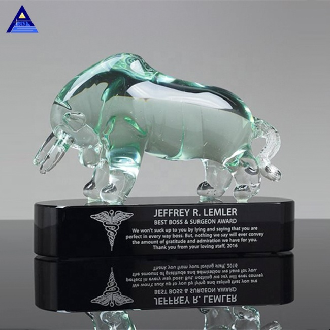 Luxurious Art Glass Crystal Bull Model Awards For Best Boss Trophy